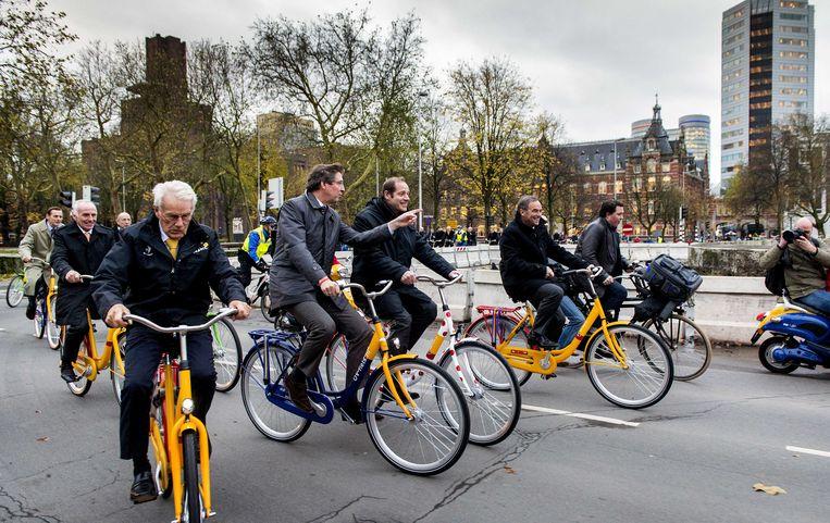 Joop Zoetemelk, Jan Jansen, Aleid Wolfsen, Christian Prudhomme en Bernard Hilnaut op de fiets onderweg naar de persconferentie over de start van de Tour de France 2015 in Utrecht. Beeld anp