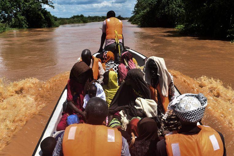 Bewoners van het dorp Onkolde worden geëvacueerd door het Rode Kruis nadat de rivier de Tana buiten haar oevers is getreden. Beeld AFP