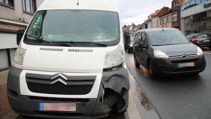Bromfietser zwaargewond na knal tegen bestelwagen