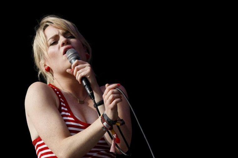 Duffy op het Engelse Glastonbury Festival. Vorig jaar verkocht de zangeres 1,6 miljoen cd's. Foto EPA/Frantzesco Kangaris Beeld