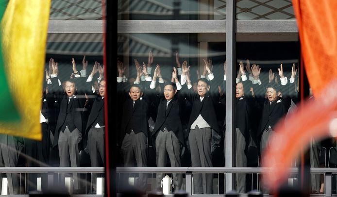 'Banzai!', roepen ook tientallen Japanse hoogwaardigheidsbekleders tijdens de ceremonie.