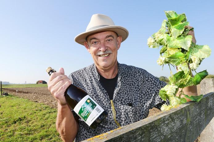 Ronald van den Ende van Woerkums Bier op de plaats waar straks weer échte regionale hop wordt verbouwd.