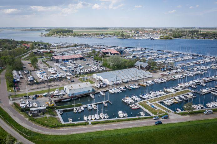 Het jachthavengebied bij Wolphaartsdijk, met in het midden van de foto De Zuidschor, waar appartementen moeten komen.