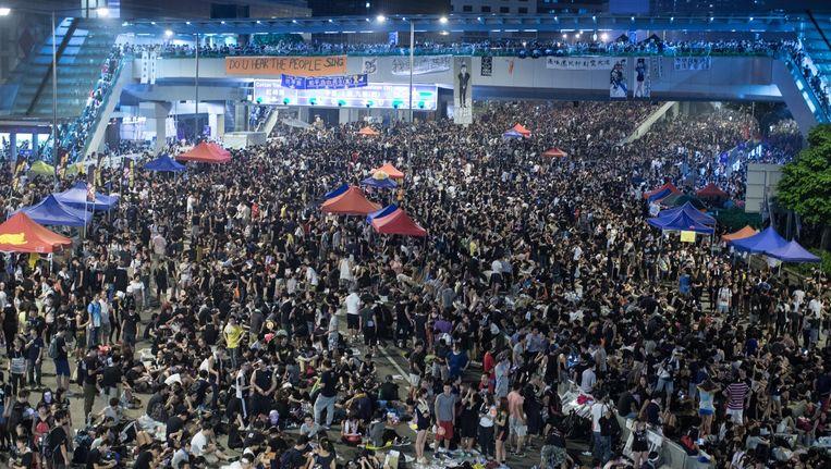 Duizenden mensen houden belangrijke verkeersknooppunten in Hongkong bezet, uit woede over het Chinese besluit geen democratische verkiezingen toe te staan in 2017. Beeld epa