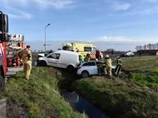 Auto's belanden in sloot na botsing bij Vriezenveen, vrouw gewond