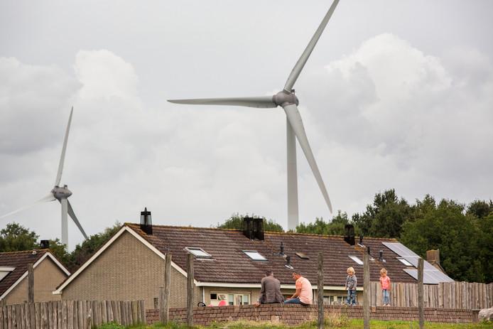 De windmolens staan dicht achter de huizen in Geervliet en Heenvliet