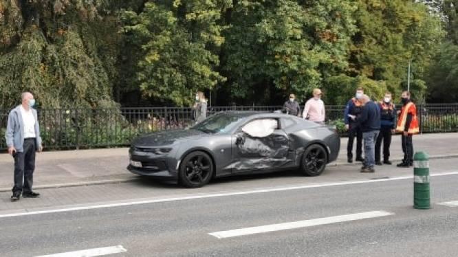 Lijnbus ramt auto in de flank die U-bocht maakt: drie personen lichtgewond