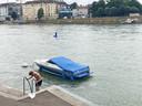 Een jonge zwemmer gaat de Rijn bij Basel in