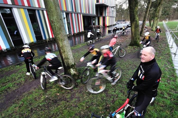 Bij het Wielercollege krijgen de leerlingen van het ZuidWestHoek College les in verschillende disciplines van het wielrennen. Archieffoto BN DeStem