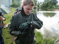 Meerkoet raakt verstrikt in visdraad en wordt gered door brandweer in Kaatsheuvel