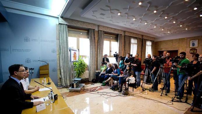 Joaquin Bascunana (L), een afgevaardigde van de regering van het Spaanse Murcia, en politiechef Ilmo Sr. tijdens de persconferentie maandag.