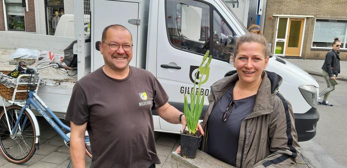 Leonie van Dael krijgt van Harry OOsterik een plantje voor een tegel