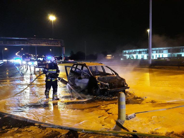 De wagen vatte vuur en brandde volledig uit. Er raakte niemand gewond.