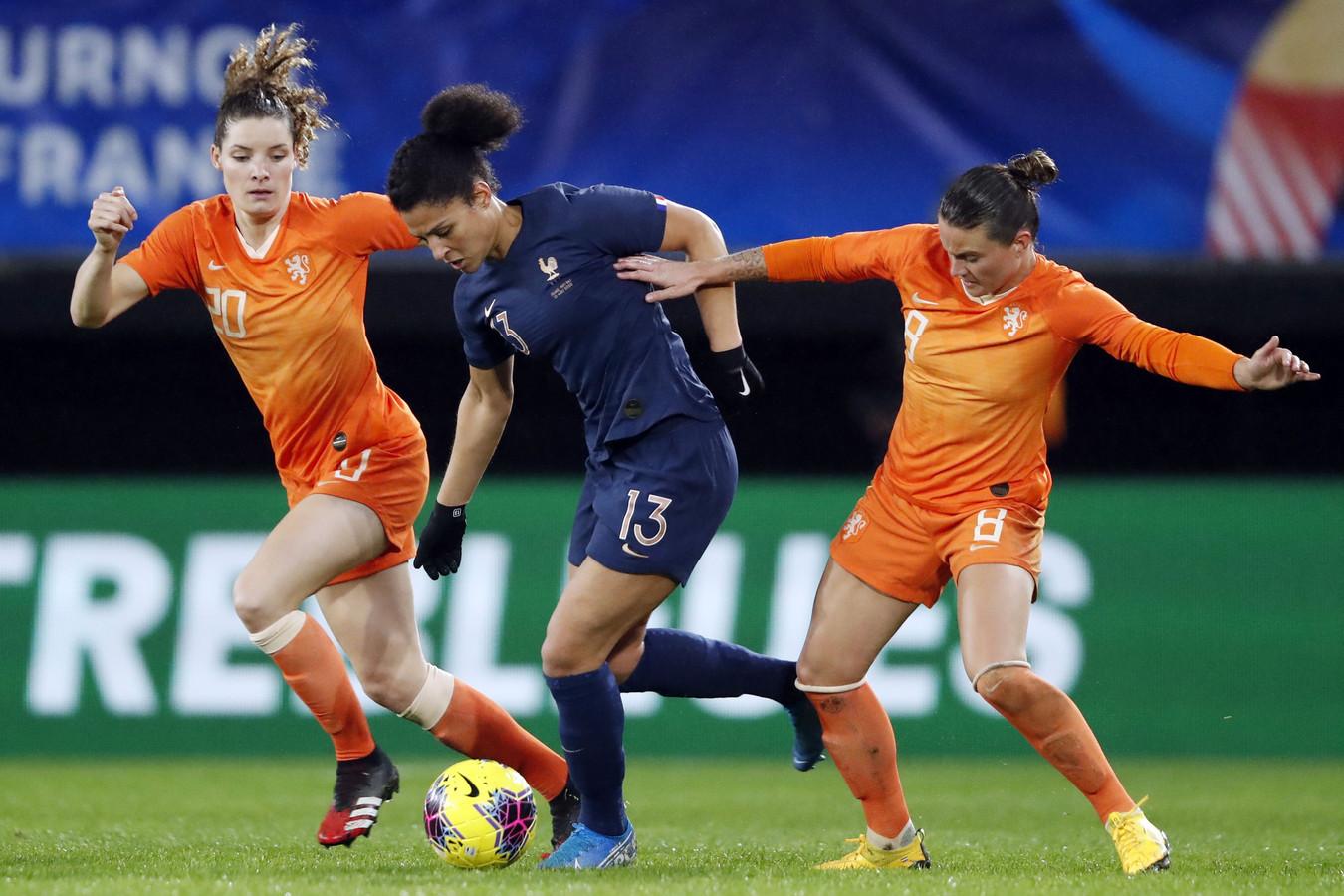 Dominique Bloodworth (links) in actie voor Oranje.