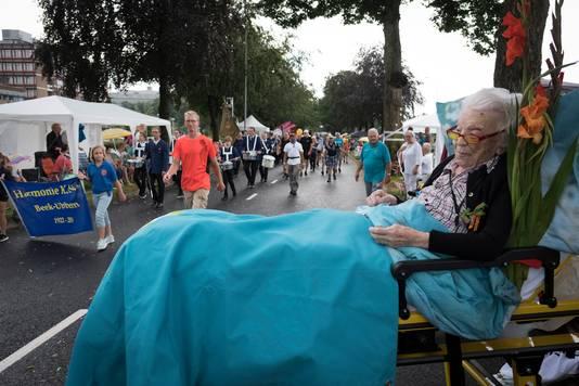 Geertje Kuijntjes (op haar 111de verjaardag) bij de Intocht van de Vierdaagse van Nijmegen.