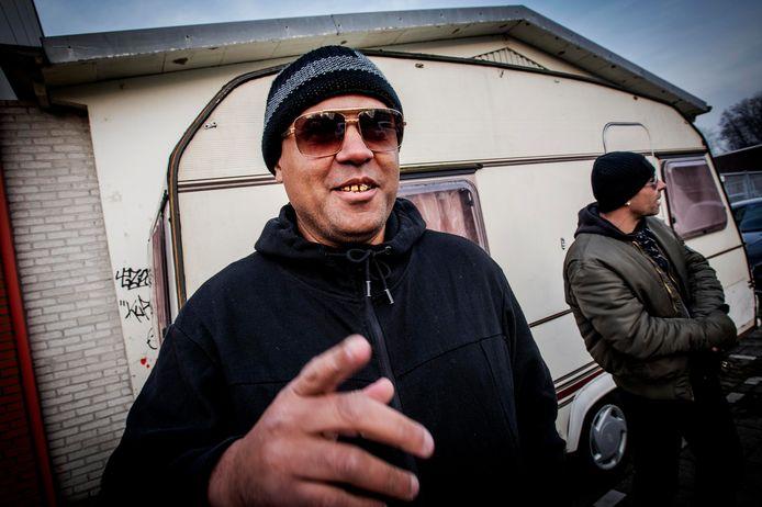 Joshua Campbell helpt daklozen aan een slaapplaats in zijn caravan in de Nimrodstraat in Tilburg. Op de achtergrond Ad die er momenteel verblijft samen met een vriendin.