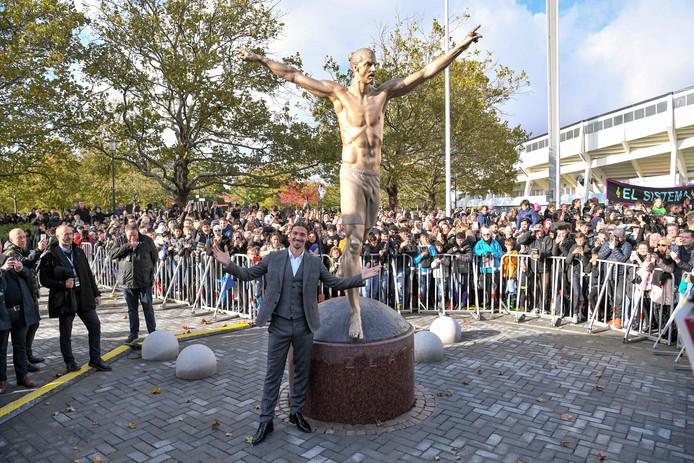 Zlatan Ibrahimovic stond op 8 oktober nog trots naast zijn standbeeld.
