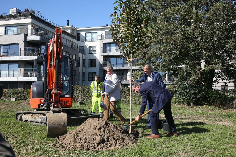 Schepen Johan Servé (Sp.a), zaakvoerder William Lerinckx van Elisa-Park en burgemeester Dirk Pieters (CD&V) planten symbolisch de eerste boom in het nieuwe park in de Sint-Rochuswijk.