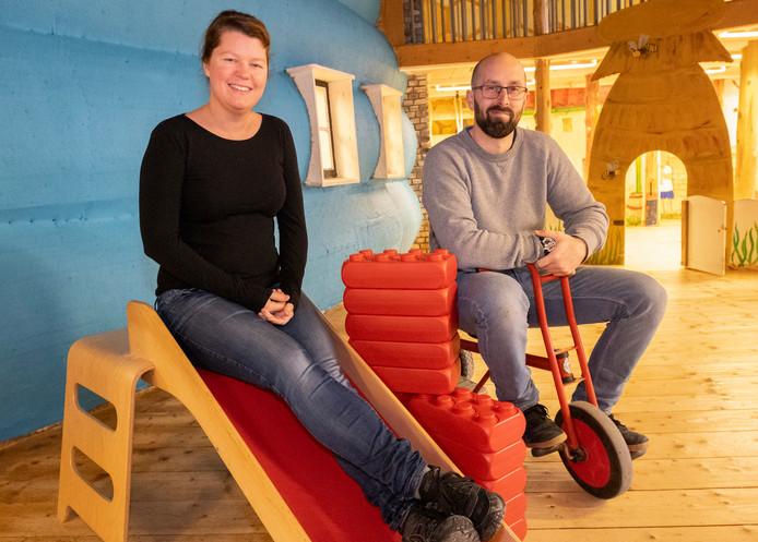 Greg en Helen Bihi-Zenou in Hof Poppendamme. Ze hebben nog genoeg plannen voor de speelboerderij.