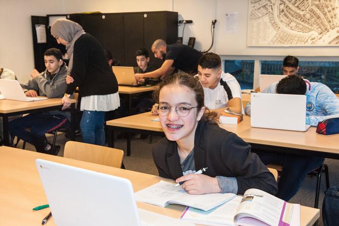 Linde (13 jaar) zit in de tweede klas van de havo op het Antonius College in Gouda. Op zondag gaat ze naar de huiswerkbegeleiding van de Brede School. Linde: ,,Ik heb niet altijd zin om te gaan. Maar ik kom altijd met een tevreden gevoel thuis.''
