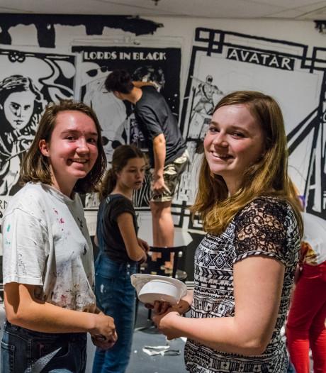 Jongeren maken hilarische schilderingen op muur van Figi Zeist