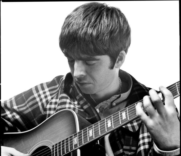 Noel Gallagher speelt gitaar, 1995 Beeld Jill Furmanovsky