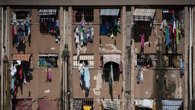 Gevangenen van een detentiecentrum in Porto Alegre hangen de was uit hun cellen. Beeld ap