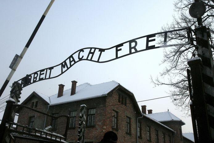 De toegangspoort van kamp Auschwitz.