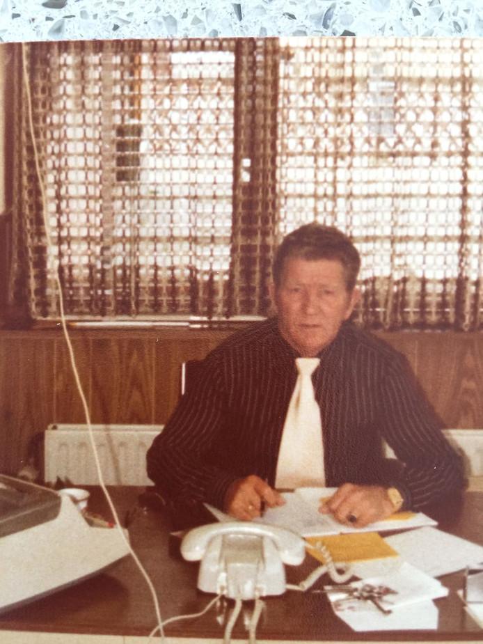 Koos Taal Commercieel beheerder in kantoor Fort Oranje