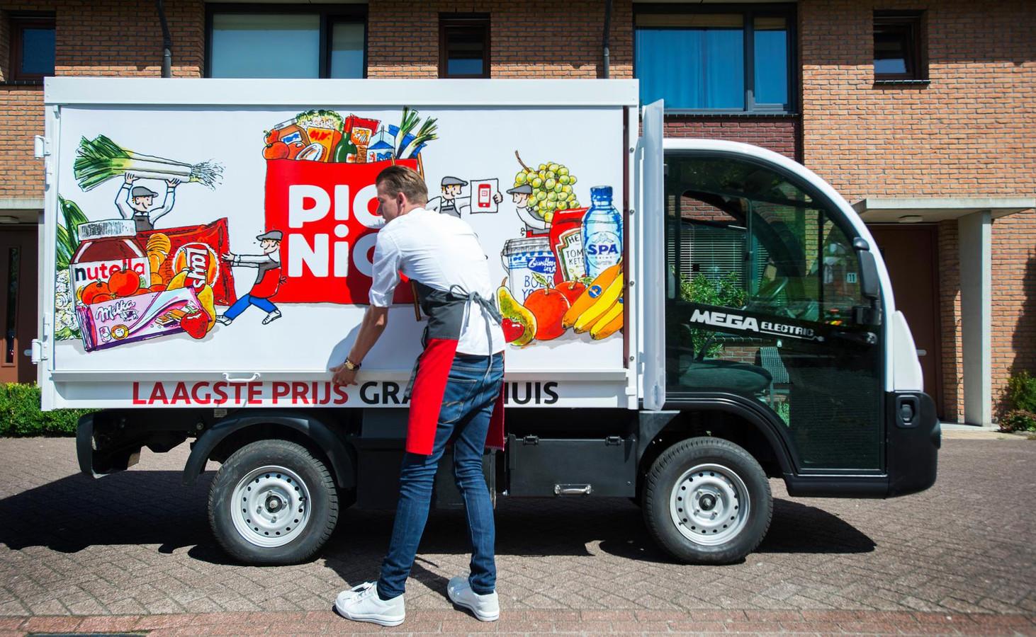Een medewerker van de online supermarkt Picnic bezorgt boodschappen bij een klant.