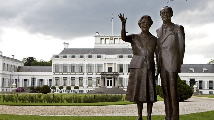 Standbeeld van Juliana en Bernhard bij Paleis Soestdijk.