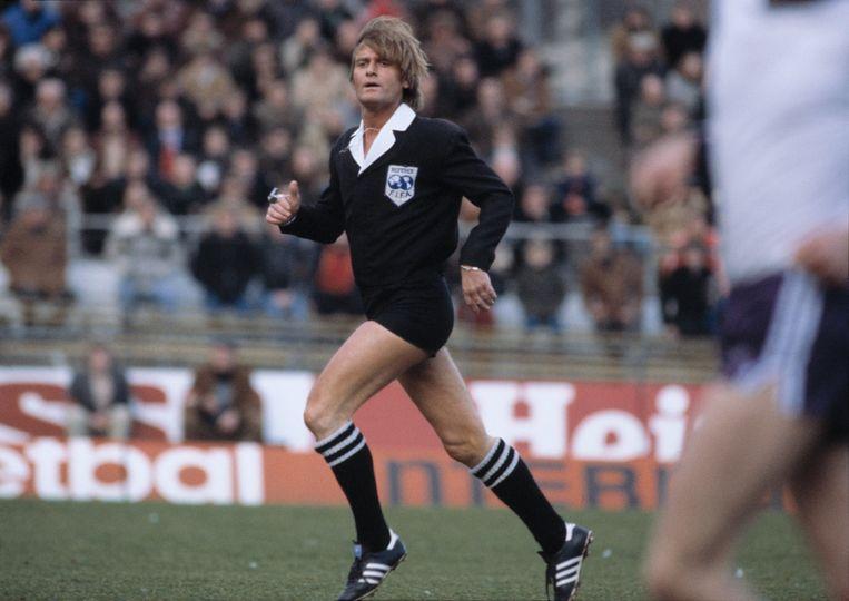 Scheidsrechter Frans Derks tijdens een wedstrijd in 1978. Beeld Hollandse Hoogte / Hans Heus Historisch