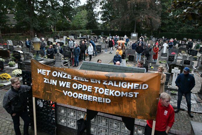 Langeveen, maandagavond even voor zeven uur: het dorp is massaal uitgelopen voor de protestbijeenkomst.