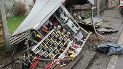 Elektriciteitskast vernield door mestkar: buurt zonder stroom