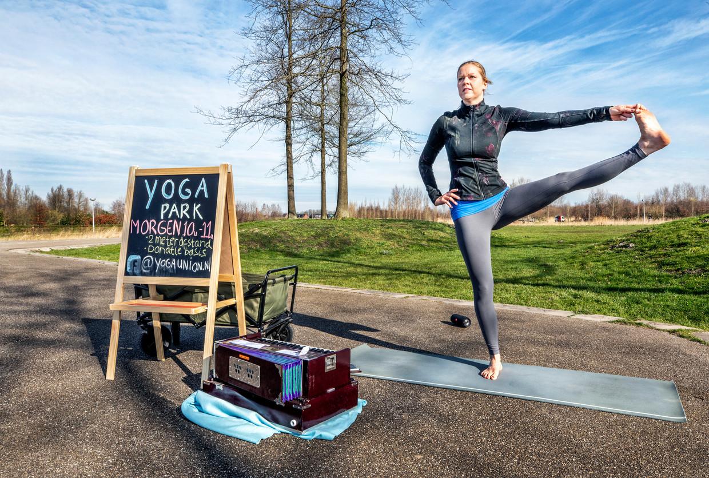 Yoga- en zanglerares Mariska is ZZP'er zet haar werk op een creatieve manier door.  Beeld Raymond Rutting / de Volkskrant