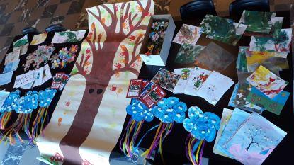 Rusthuisbewoners krijgen berg tekeningen van kinderen uit noodopvang in scholen en crèches
