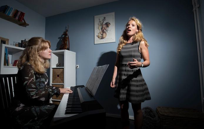 De zussen Marelin en Violaure van Prooijen treden op met een mini-opera tijdens Pop-Up Festival Ede in 2018.