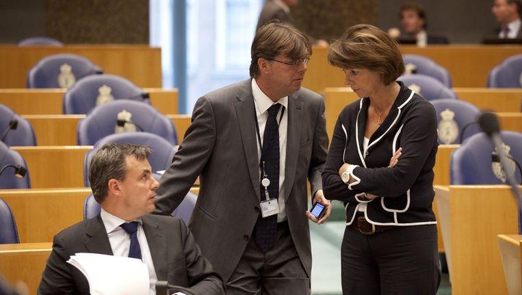 VVD Tweede Kamerlid Mark Harbers, PVV Tweedekamerlid Tony van Dijck en CDA Tweede Kamerlid Elly Blanksma-van den Heuvel overleggen met elkaar. Beeld null