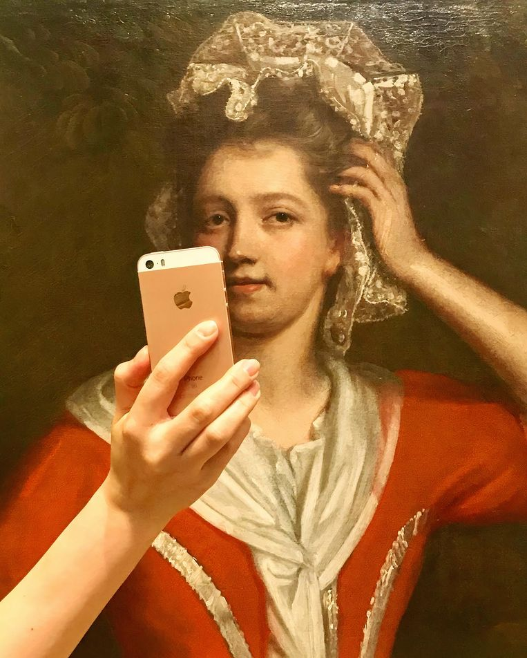 Bij 'Portrait of a lady in red with a lace cap' (maker onbekend). Beeld  The Bowes Museum