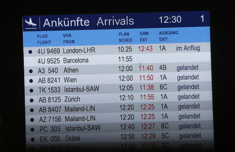 Het infobord van aankomende vluchten in Düsseldorf. Bij de vlucht uit Barcelona staat niets vermeld.
