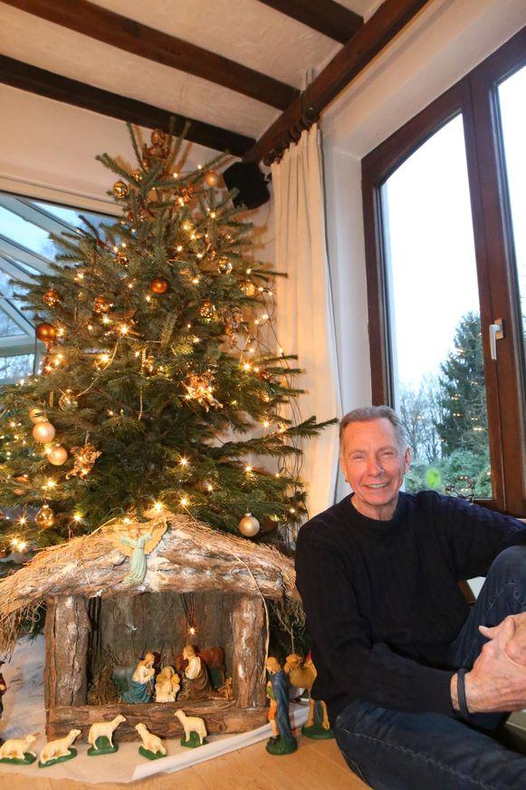 Karel bij de kerstboom, waar hij graag zijn zoon en diens gezin rond had verzameld. Al kwam Kerstmis te vroeg om die wens in vervulling te laten gaan.
