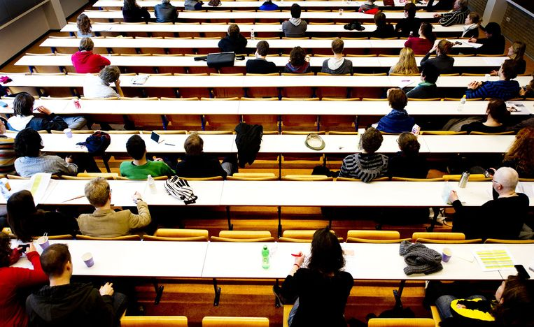 Studenten van de Universiteit van Amsterdam in de collegebanken van de Oudemanspoort. Beeld anp