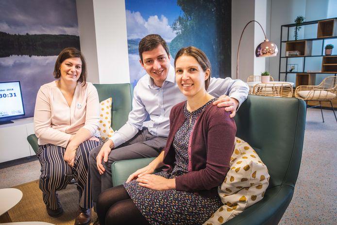 Angeline Parez met het ouderpaar Koen Aelterman en Roosmarijn François in de nieuwe ouderlounge van het UZ Gent.