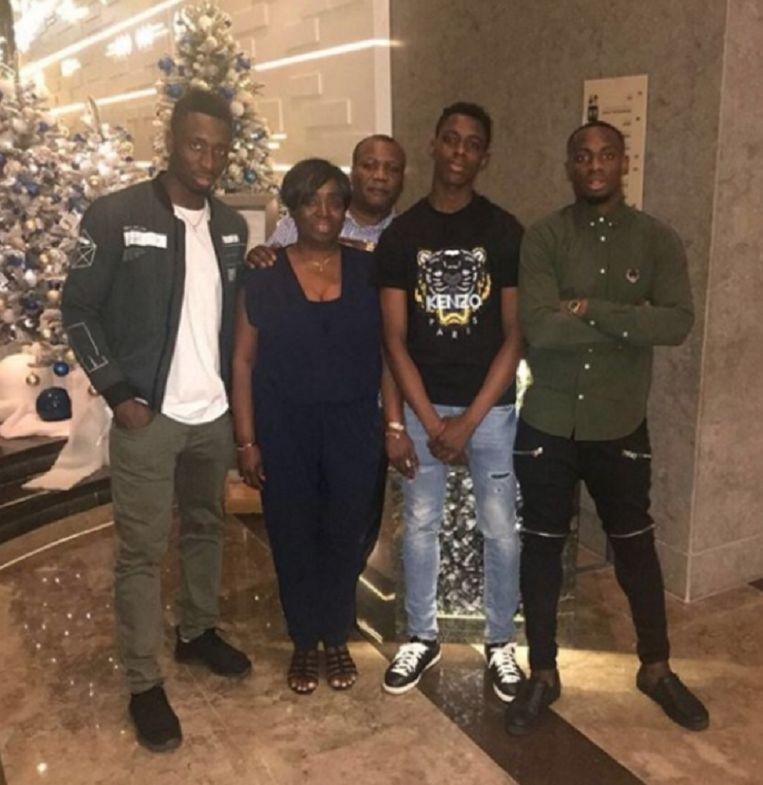 Het gezin Mpoku-Lokonga met de twee broers rechts.