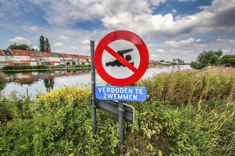 Er staan langs de Leie en het kanaal Bossuit-Kortrijk bordjes 'verboden te zwemmen'