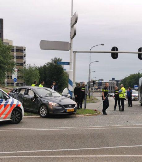 Auto botst tegen stadsbus op kruising in Apeldoorn