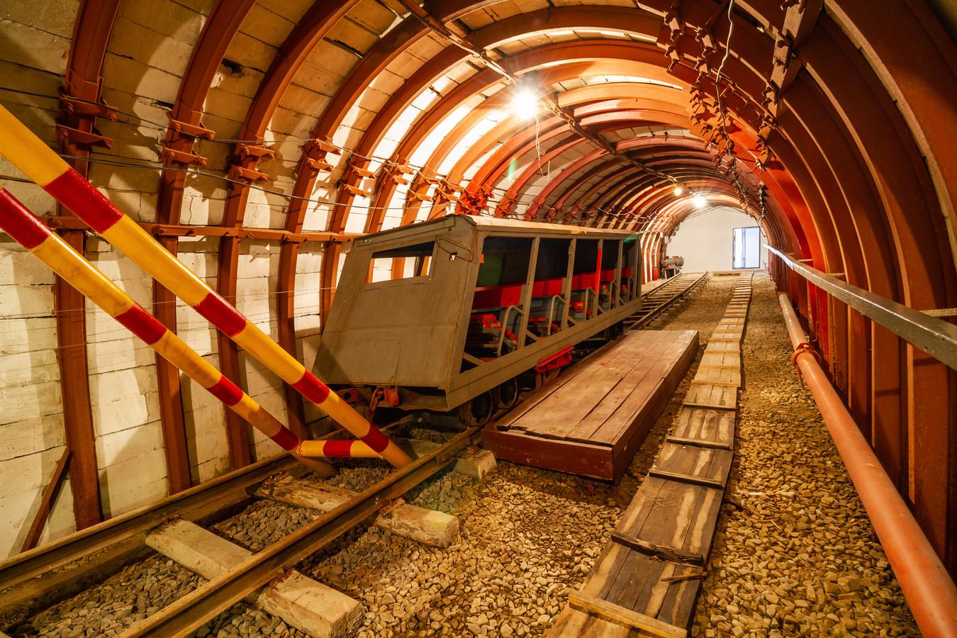 Een railvoertuig in een ondergrondse mijnschacht. (Archiefbeeld)