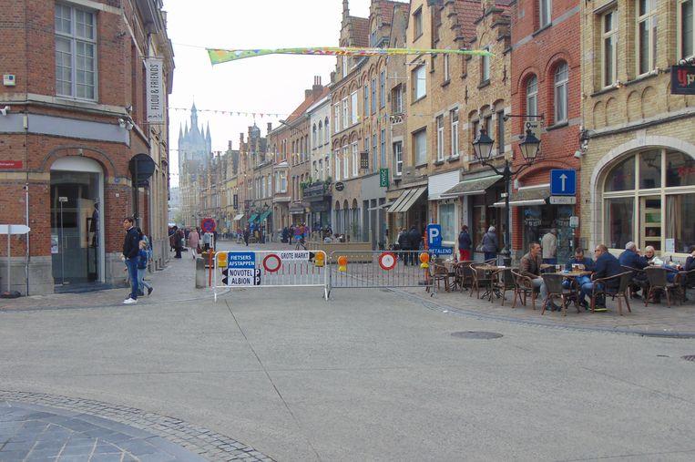 Tijdens het proefproject 'verkeersvrije Menenstraat' kan gratis worden geparkeerd in College en onder Novotel.