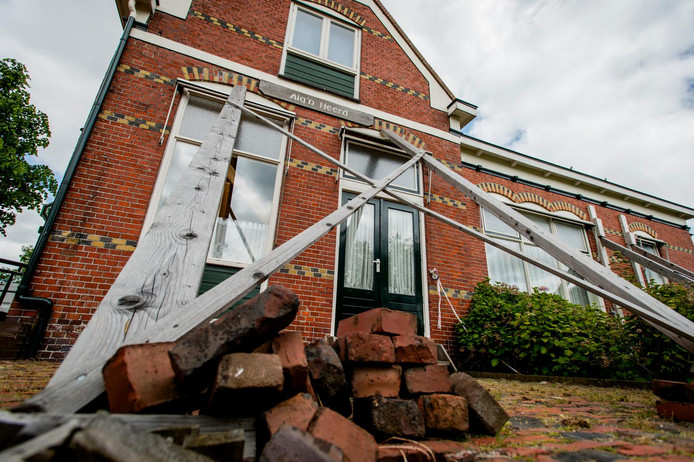 Het Dorpshuis van Leermens staat gestut door de aardbevingen als gevolg van de gasboringen