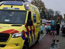 Auto in Vroomshoop ziet fietsster bij achteruit rijden over het hoofd: vrouw naar ziekenhuis
